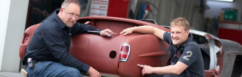 Thomas Lehner Junior und Senior bei der Besprechung zur Fahrzeugrestauration